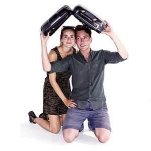 Mann und Frau unter einem Kofferdach