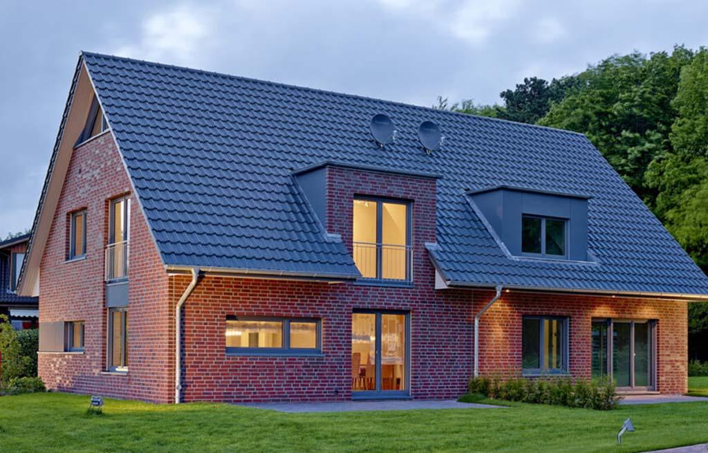 Doppelhaus 116D Außenansicht Rückseite mit Terrassen beleuchtet